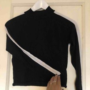 Jättefin tight croppad tröja från H&M, säljes då jag har en likadan😊 frakt 36 kr