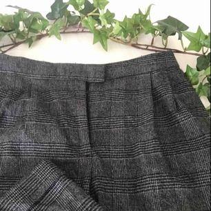 Fina rutiga byxor, säljes på grund av för liten storlek och därav ingen bild när byxorna sitter på ! Dessa behöver ett nytt hem, vi kan diskutera fraktpris om möte inte är aktuellt !