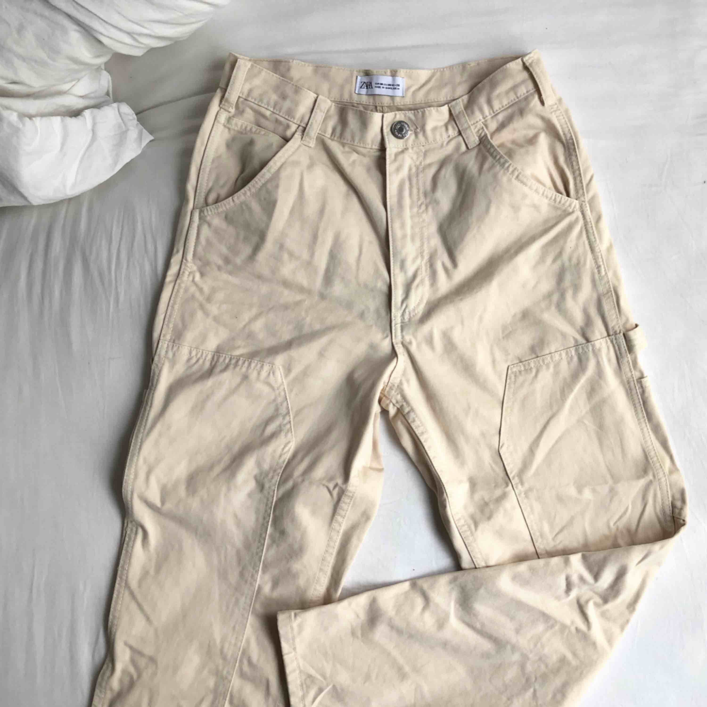 Byxor från zara, storlek 38, har vanligtvis 36. Använt 1 gång och säljer pga att jag inte känner mig bekväm i de. Kan möta upp i Malmö/Lund eller posta, står ej för frakt. Är 160, byxorna går till mina knölar :)). Jeans & Byxor.