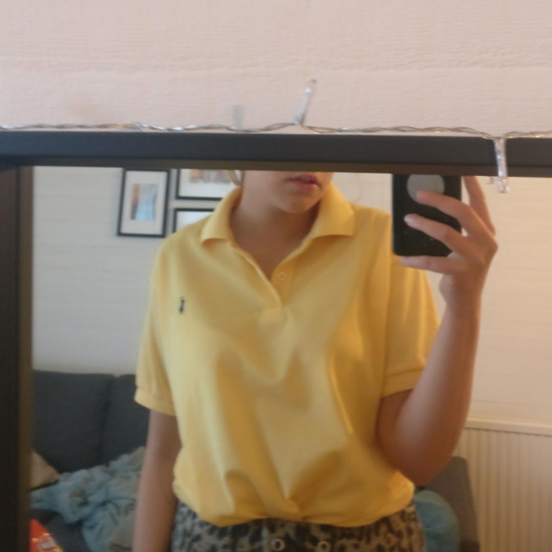 En tröja från raffe med två knappar ☺️ Säljer pga garderobsuttensning. Pris kan alltid diskuteras! Du som köpare står för frakt :). T-shirts.