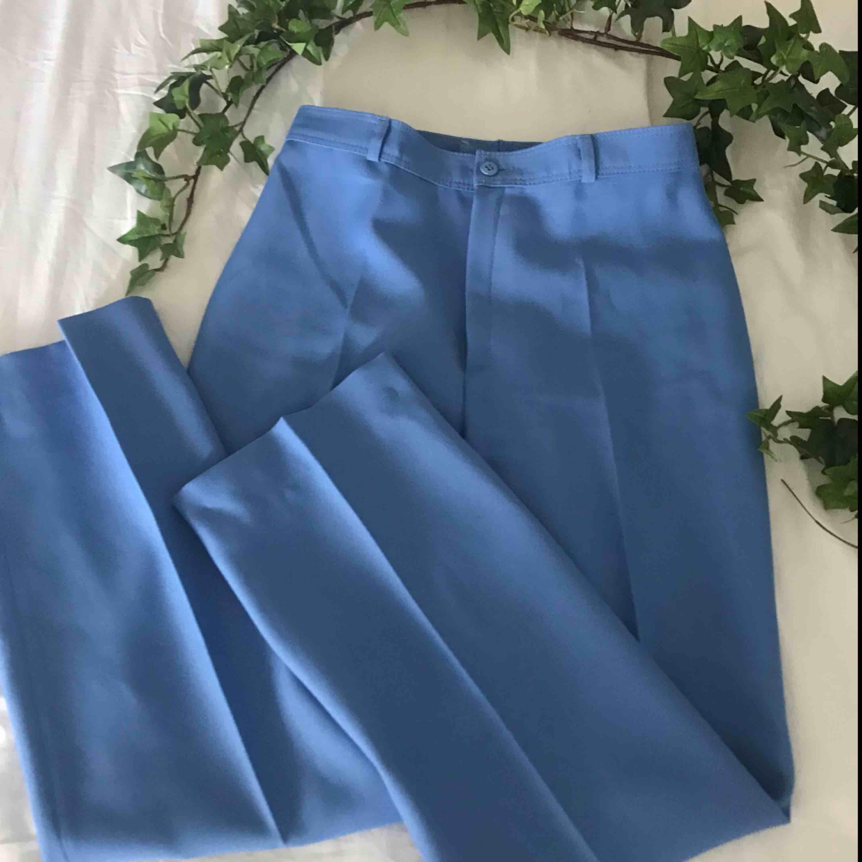 Blåa fräna vida byxor ! Lite små på mig därav säljes dessa! Hör av er om frakt eller möte i chatten 🤪🤪🤪. Jeans & Byxor.