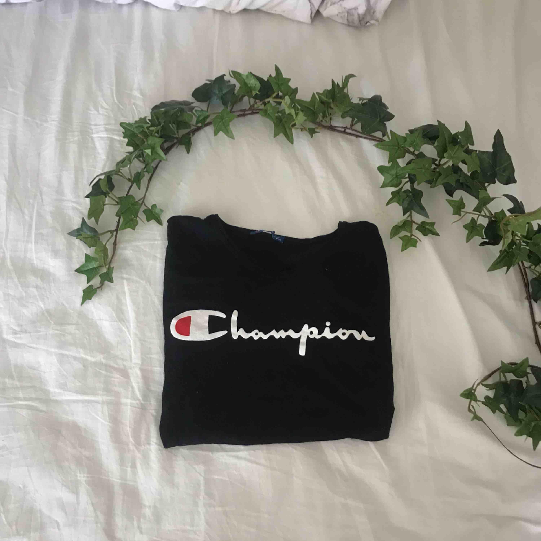 Oanvänd championT-shirt ! Förtjänar ett bättre hem !! . T-shirts.