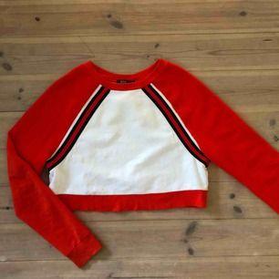 En väldigt snygg tröja i lite kortare modell. Har använts ca 5 gånger. Nypris: 500 kr.