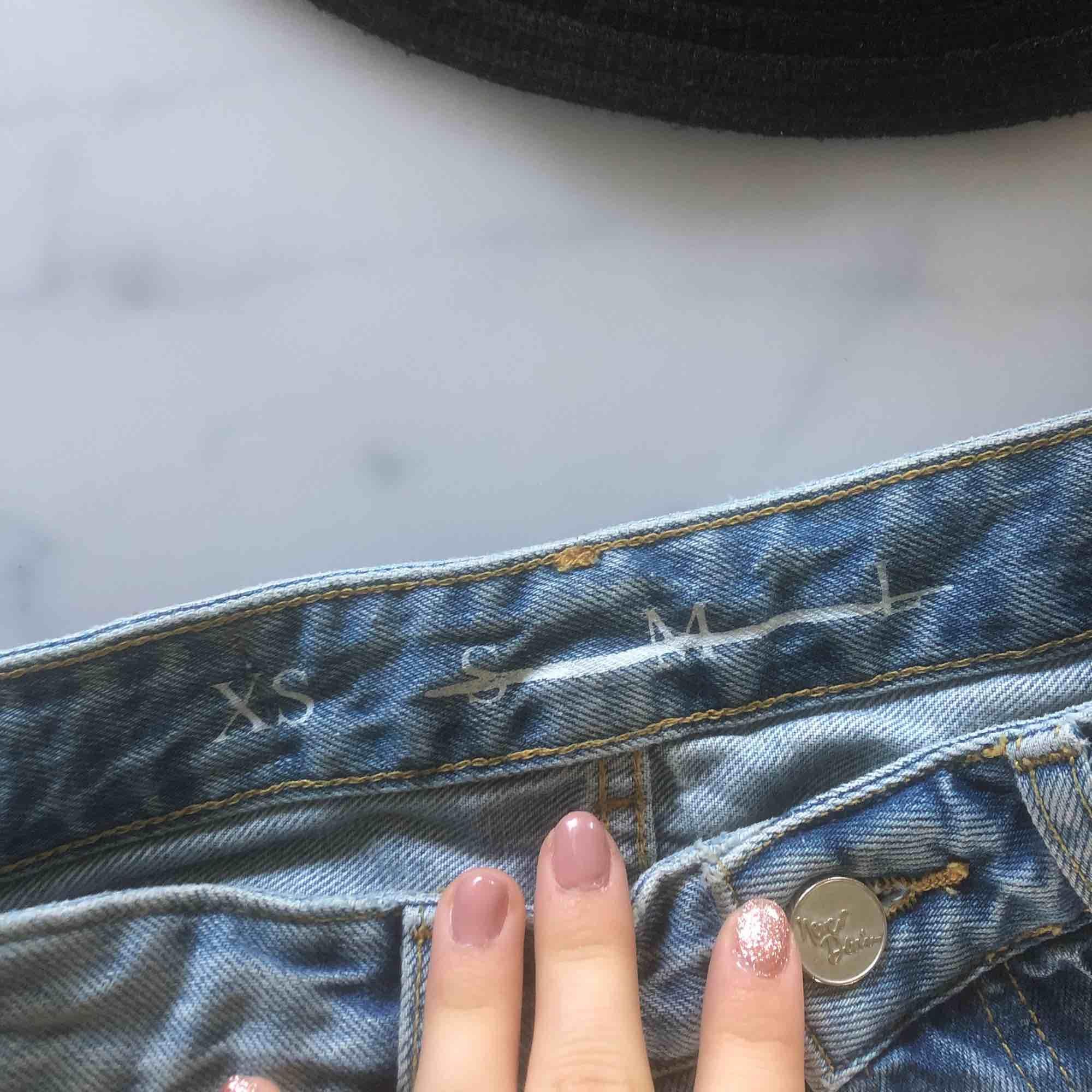 säljer vidare dessa jeans då dom är för små för mig! köparen står för frakten 💖. Jeans & Byxor.