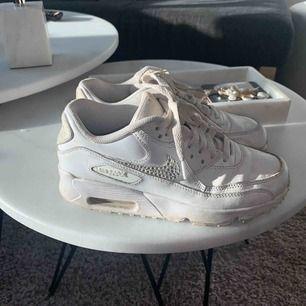 Säljer mina Nike Air Max, special beställda från Etsy med diamanter. Självklart äkta. Går säkert att tvätta rent skorna. Frakt tillkommer.