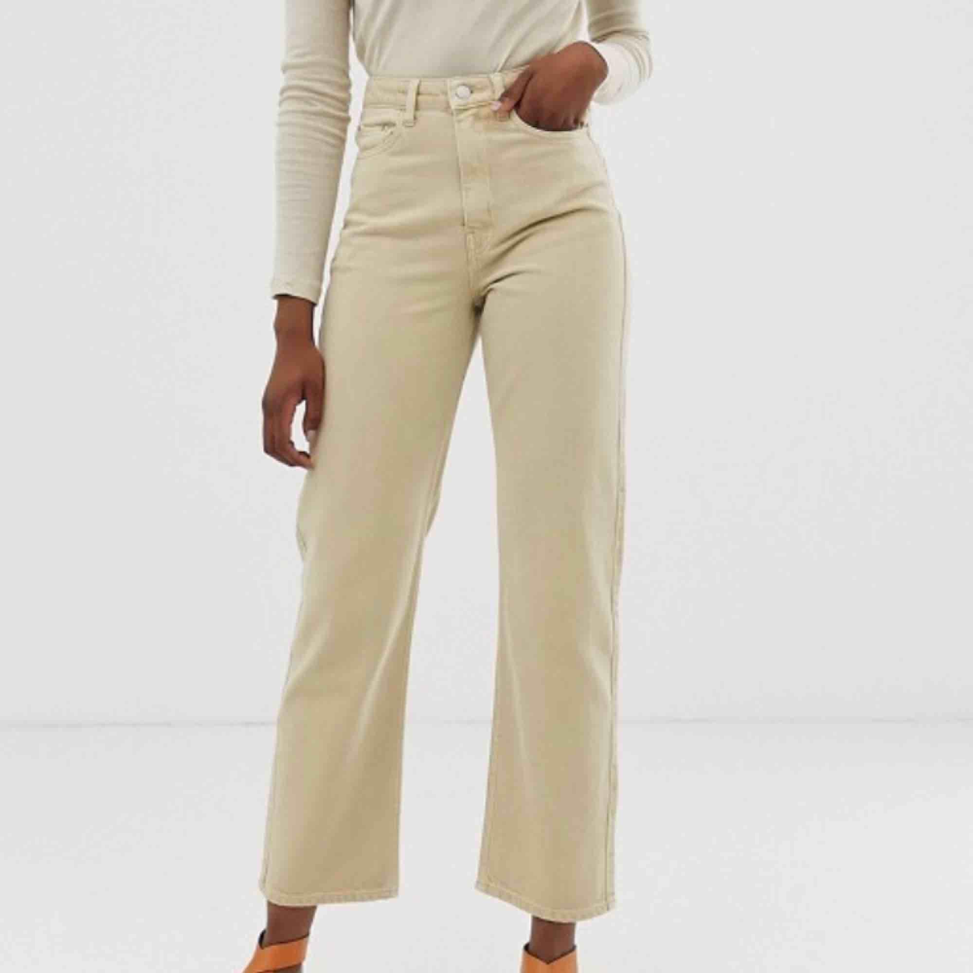 Säljer dessa jeansen från weekday i modellen row. Aldrig använda, så i ett nytt skick. Säljer pga för stora för mig som vanligtvis har storlek 24 i midja. Nypriset är 500kr. (Köparen står för frakt) . Jeans & Byxor.