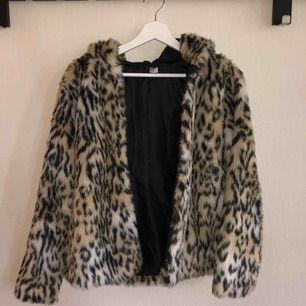 En leo-print pälsjacka köpt förra året för 349kr på HM. Jackan är mysig, varm, skön, samt att den e faux fur ;) använd 2 ggr
