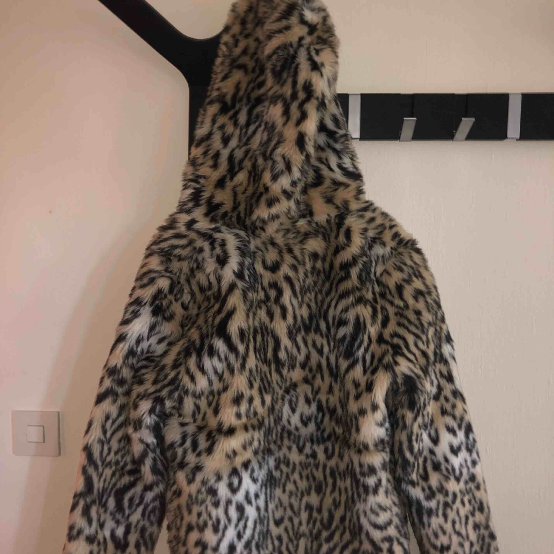 En leo-print pälsjacka köpt förra året för 349kr på HM. Jackan är mysig, varm, skön, samt att den e faux fur ;) använd 2 ggr. Jackor.