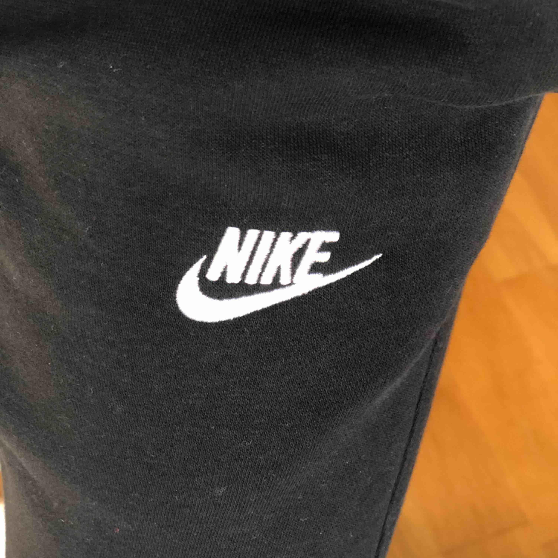 Mjukisbyxor från Nike. Bra skick och väldigt sköna. Hör av er vid frågor, köparen står för frakten:) (herrmodell). Jeans & Byxor.