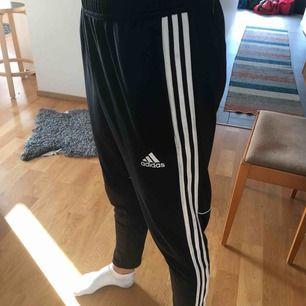 Adidasbyxor, bra skick och jättebra kvalité. Köparen står för frakten:) (killmodell)