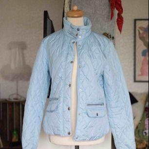 Fin och skön jacka från BikBok. Använd högst 3 ggr. Köpt i butik för 499kr. Köparen står för frakt. Kan mötas upp i Borås eller Göteborg