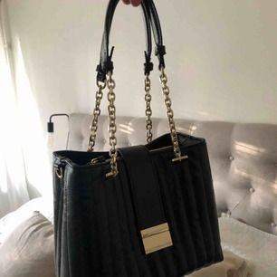 Säljer min helt oanvända väska från Zara. Hur snygg som helst men kommer tyvärr aldrig till användning.