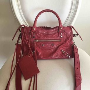 Balenciaga Mini City Bag - Väskan är som ny förutom att spegeln fått en spricka på mitten som syns på sista bilden om man kollar noga.  Kommer med Balenciaga certifikat samt Balenciaga dust bag.  Skickar via leverans