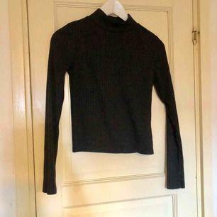 Supersnygg svart tröja i halvpolo från Gina Tricot. Frakt på 36 kr tillkommer 😊