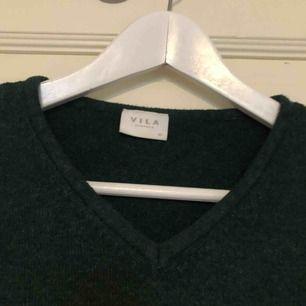 Snygg frön stickad tröja från Vila, perfekt till hösten! Frakten ligger på 36 kr😊