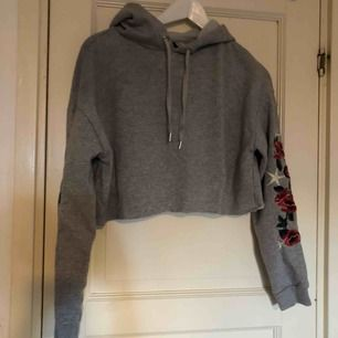 Croppad hoodie från H&M i strl S. Frakt på 36 kr tillkommer 😊