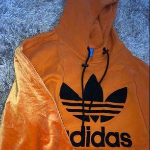 Oversized hoodie från adidas. Aldrig använd. Köpt för ca 800kr.