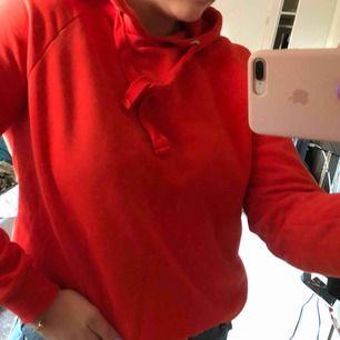 Röd hoodie från gina, använd ett fåtal ggr. Säljer pga använder inte!