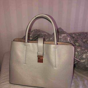 beige väska med gulddetaljer från HM. det långa bandet saknas. köparen står för frakten om det behövs!