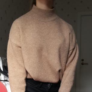 Världens mysigaste stickade tröja från H&M. Beige/kamelfärgad med lite högre hals och lite ballongärm, perfekt till hösten!