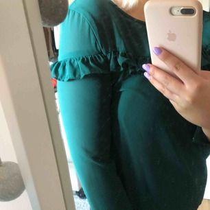 Mörkgrön blus med volang. Ifrån vero moda märket only. Säljer pga för liten och använder inte.