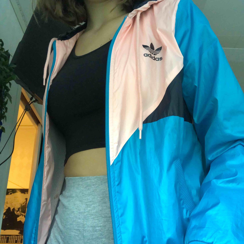 Adidas vindjacka, knappt använd. 150kr + frakt 💖. Jackor.