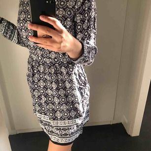 jätte gullig långärmad klänning från BIKBOK! Skriv privat för fler frågor ❤️❤️❤️❤️btw den är öppen i ryggen vilket blir jätte fint 💘💘💘