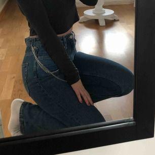 Jeans från weekday i modellen Row, använda ett fåtal gånger så i bra skick!