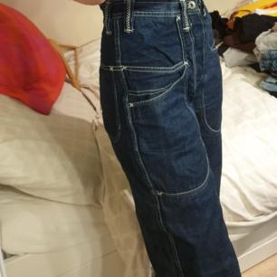 Snyggaste jeansen köpta secondhand. Knappt använda så de är i fint skick. Står ingen storlek men passar mig som är 28/29. Möts upp i Sthlm och fraktar