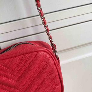 Röd väska som är köpt från Zalando! Märket heter Miss Selfridge! Knappt använd! Köparen står för frakten 🌟