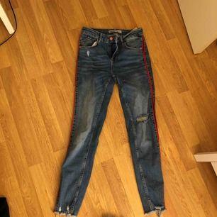Snygga byxor från Zara. Röd rand på vardera sida av byxbenet. Passar storlek 34 också. Frakt tillkommer!