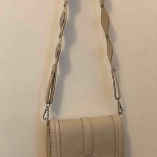 Beige väska med avtagbar axelrem!