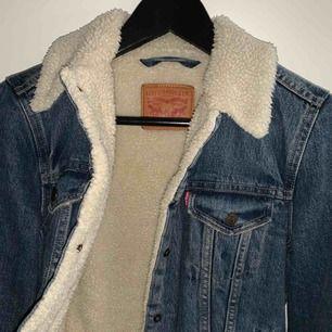 Säljer min Levis jacka nu eftersom att jag aldrig använder den och känner att någon annan kan få bättre användning för den!