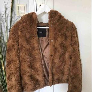 Brun höst/vinterjacka köpt från VeraModa förra hösten Använd väldigt sparsamt och är därför i nyskick Har för många jackor så därför säljs denna! Köpt för 500kr