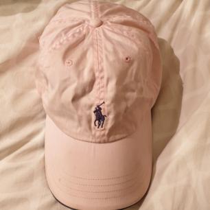 Ljusrosa Ralph Lauren keps 💞 Har liten fläck däk därför säljer jag den billigt. Möts upp i Sthlm och fraktar