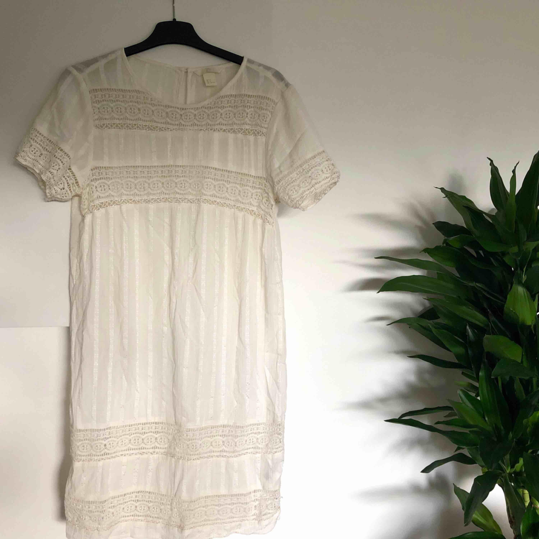 Klänning från H&M. Knappt använd, så den är i jättefint skick! ☺️ Sorry för ostruken på bilden! ❤️ köparen står för ev fraktkostnad ✨. Klänningar.