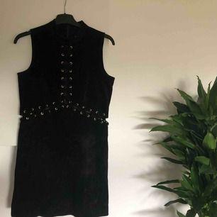 Klänning i äkta mocka! Jättefina detaljer med korsade läderband, både fram och bak ☺️ Köparen står för ev fraktkostnad ✨