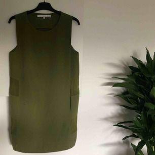 Olivgrön klänning från & Other stories. Detaljer i transparent tyg i midjan. Stadigt, fint tyg! Knappt använd 🥰 Köparen står för ev fraktkostnad ✨
