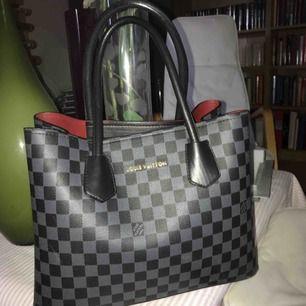 En fake LV väska köpt i Turkiet för ett år sedan Lite sliten i botten annars inga skråmor