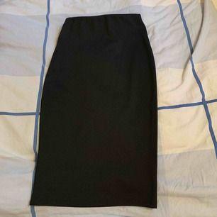Svart tajt lång kjol,använd minst 1 gång.