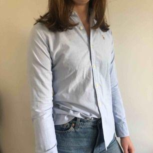 Blå Ralph Lauren skjorta. Figursydd modell i fint skick.