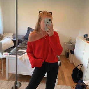 Väldigt skön röd stickad tröja som man kan välja att ha både off-shoulder och inte. Tröjan är använd ca 5 ggr