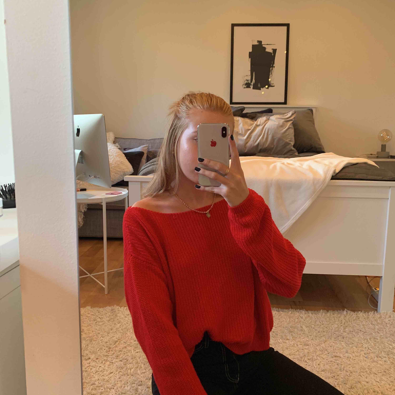 Väldigt skön röd stickad tröja som man kan välja att ha både off-shoulder och inte. Tröjan är använd ca 5 ggr. Stickat.