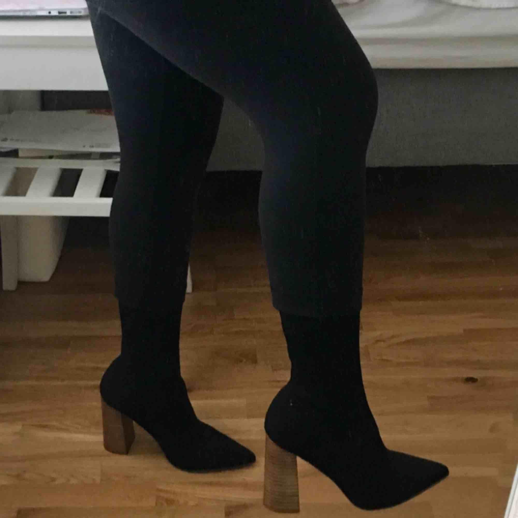 Säljer världens snyggaste Sock/strump boots från na-kd, aldrig använda! Köpte för 599 kr på hemsidan förra året men användes aldrig!  Slutsålda!  Endast testade inomhus. Storlek 39 och är normala i storlek.. Skor.