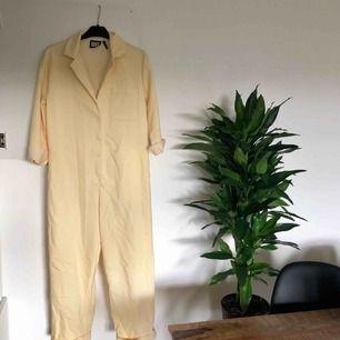 Boilersuit från Asos! Sitter mer oversize på mig som är 160cm, men för dig som är längre blir den mer som på de 2 sista bilderna ☺️ Köparen står för ev fraktkostnad ✨