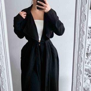 Populär svart kappa från BikBok storlek XS i fint skick. Frakt kostar 63kr extra, postar med videobevis/bildbevis. Jag garanterar en snabb pålitlig affär!✨ ✖️Fraktar endast✖️
