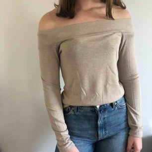 Beige off shoulder tröja från Gina. Inte använd på länge