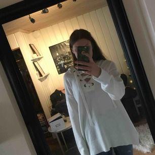 En lite större stickad tröja från hm, använd några gånger, men bra skick. Frakten står den som köper för. Priset kan alltid diskuteras!