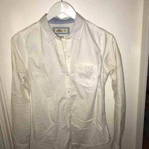 Nästintill oanvänd hollister vit skjorta i stl S