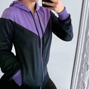 Svart och lila hoodie från Marwin Sports storlek S i fint skick. Frakt kostar 63kr extra, postar med videobevis/bildbevis. Jag garanterar en snabb pålitlig affär!✨ ✖️Fraktar endast✖️